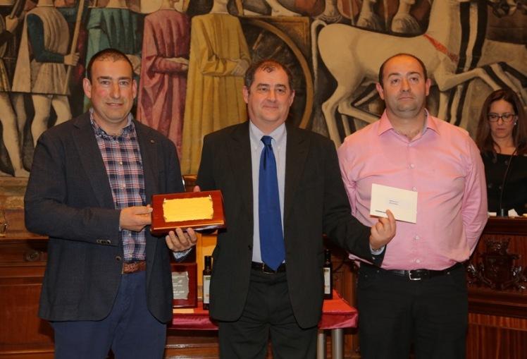 Giuseppe Parma entregando uno de los premios