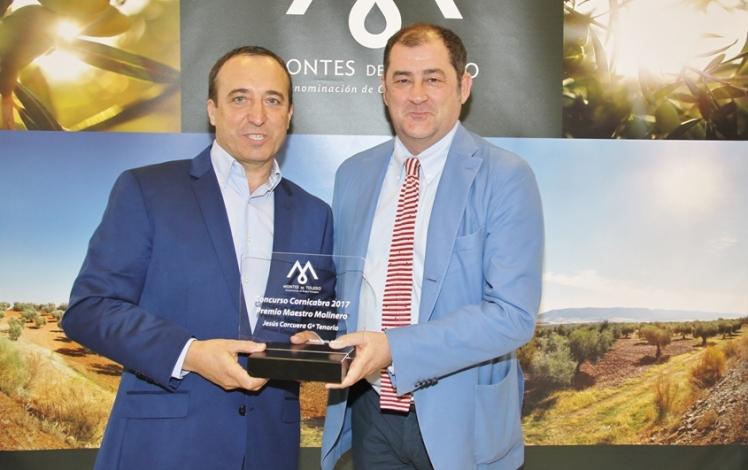 Giuseppe Parma entregando el premio a Casas de Hualdo